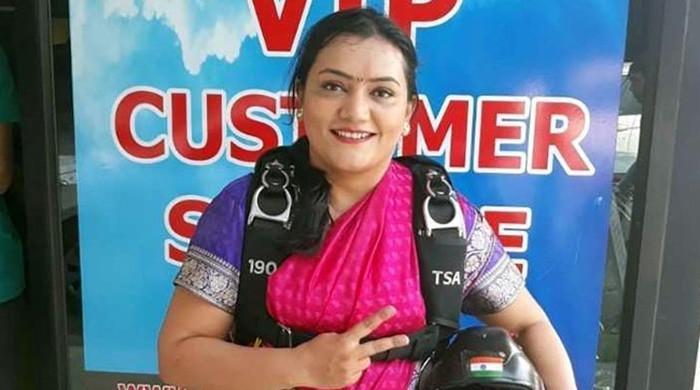 بھارتی خاتون کا ساڑھی میں اسکائی ڈائیونگ کا منفرد ریکارڈ