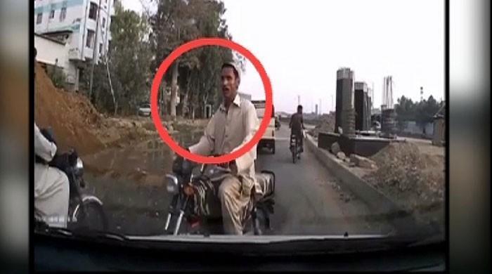 کراچی میں ڈاکوؤں کی دیدہ دلیری، مصروف شاہراہ پر شہری کو لوٹ لیا