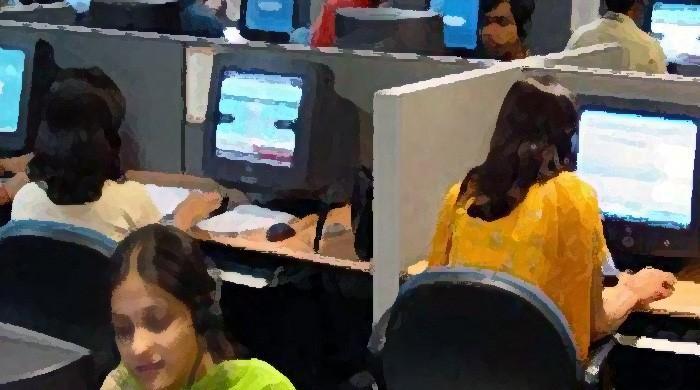 کام کرنے والی خواتین اور معاشرتی بیڑیاں