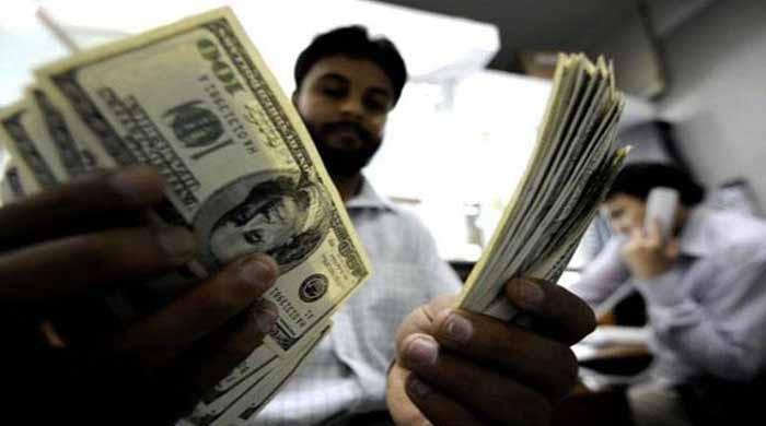 اوپن مارکیٹ میں ڈالر 10 پیسے کمی سے 111.90 روپے پر آگیا