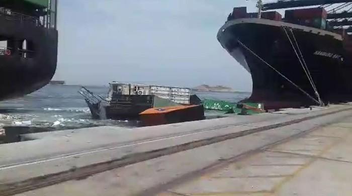 کراچی بندرگاہ پر دو جہاز ٹکرانے سے 21 کنٹینر سمندر میں گرگئے