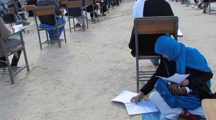 نوزائیدہ بچے کو گود میں اٹھائے امتحان دینے والی افغان خاتون کے چرچے