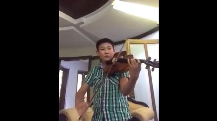 چینی فنکار کی وائلن پر پاکستان کے قومی ترانے کی دھن بجانے کی ویڈیو وائرل