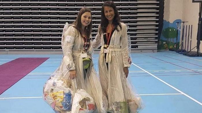 دبئی کی 2 خواتین کی انوکھی کچرا صفائی مہم