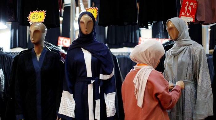 فرانسیسی عدالت کا مرد افسر سے ہاتھ نہ ملانے پر مسلم خاتون کو شہریت دینے سے انکار