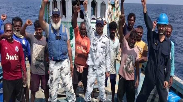 پاک بحریہ کی سمندر میں پھنسی بھارتی ماہی گیروں کی کشتی کی امداد