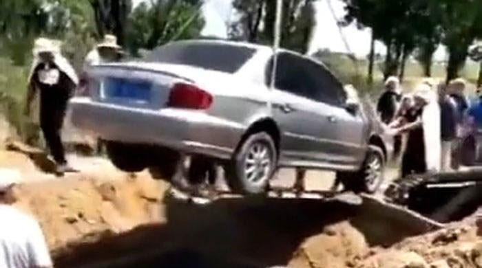 گاڑی کے دیوانے کو مرنے کے بعد گاڑی میں ہی دفنا دیا گیا