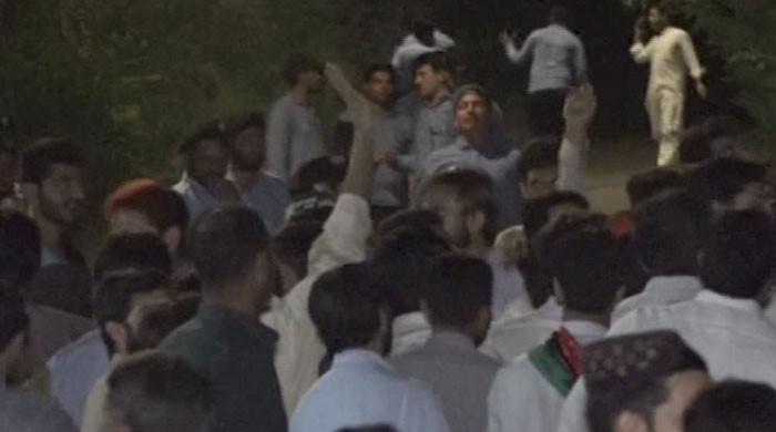 ٹکٹوں کی تقسیم پر پی ٹی آئی مشکلات کا شکار، بنی گالا میں کارکن سراپا احتجاج