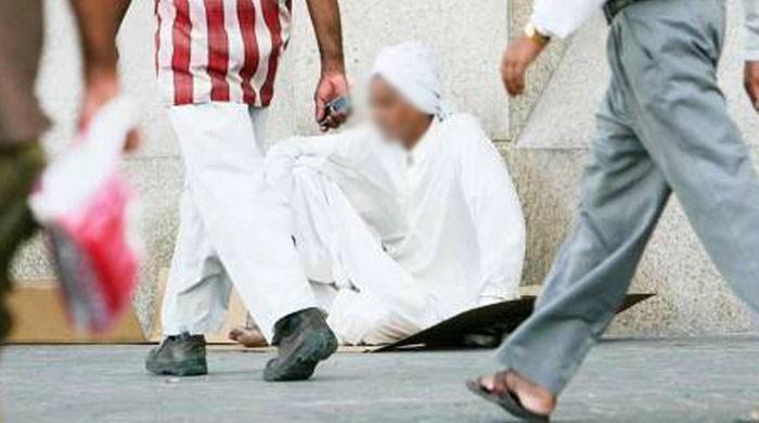 مصنوعی ٹانگ میں 33 لاکھ روپے چھپا کر بھیک مانگنے والا پیشہ ور گداگر گرفتار