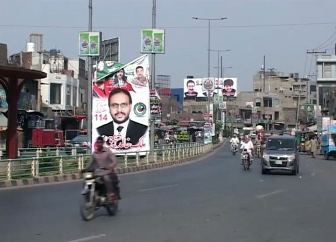 فیصل آباد میں تحریک انصاف کے امیدوار کے بینرز