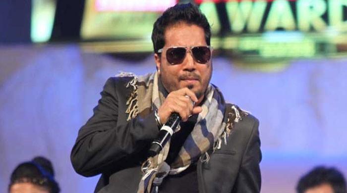 بھارتی گلوکار میکا سنگھ کو دولت کا رعب دکھانا مہنگا پڑگیا