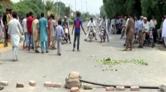 فیصل آباد میں مبینہ پولیس مقابلے میں 2 طلبہ کی ہلاکت، ورثاء کا احتجاج