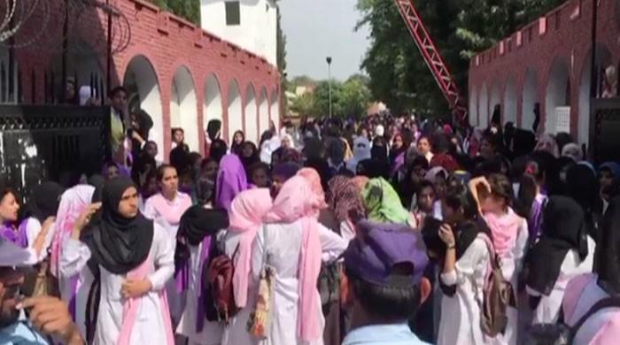 راولپنڈی:کالج ہاسٹل میں زہریلی چیز کے کاٹنے سے ساتھی کی ہلاکت پر طالبات کااحتجاج
