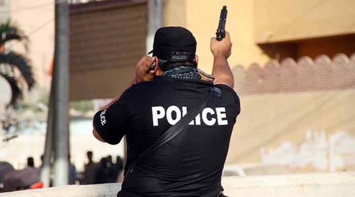 آخر کراچی پولیس کو کون دیوار سے لگا رہا ہے؟