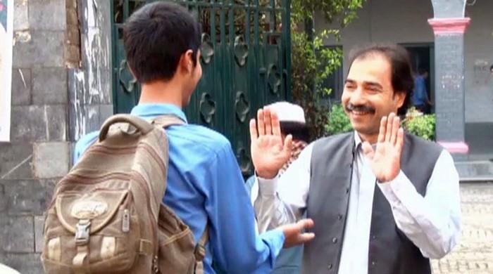 پشاور کے استاد کا والہانہ انداز میں طلبہ کو خوش آمدید کہنے کا اسٹائل مقبول