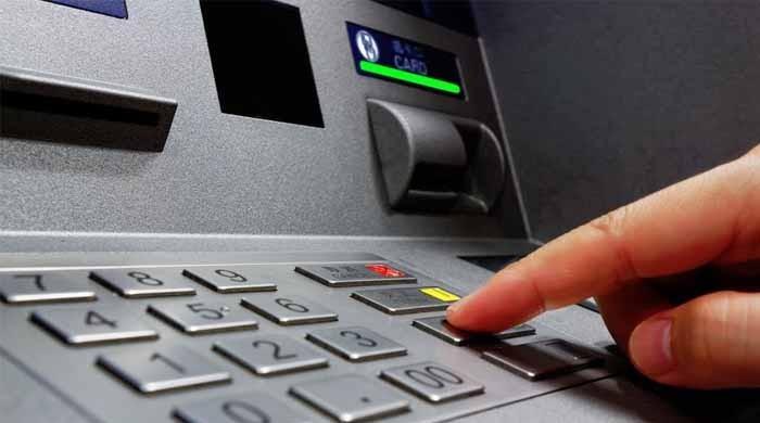 پاکستان کے 6 بینکوں نے ڈیبٹ کارڈ سے عالمی ادائیگیاں معطل کردیں