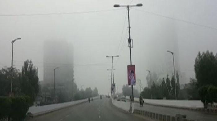 کراچی میں چھائی دھند اسموک میں تبدیل