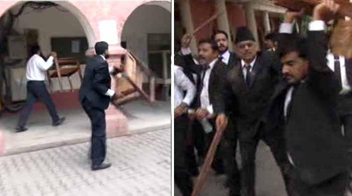 فیصل آباد: مشتعل وکلاء کی سیشن کورٹ اور ڈی سی آفس میں گھس کر ہنگامہ آرائی