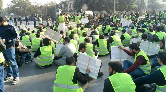 لاہور میں انجینیئرز کا پیرس مظاہرین کی طرز پر پیلی جیکٹ پہن کر احتجاج