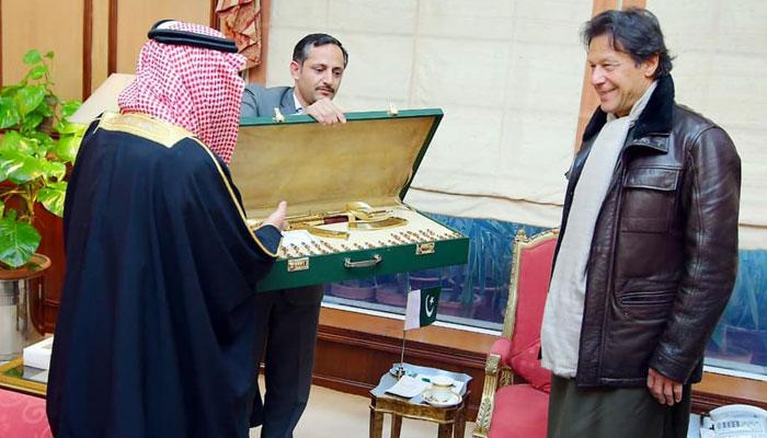 سعودي شهزاده د پاکستان لومړي وزیر ته د سرو زرو ټوپک ډالۍ کړی