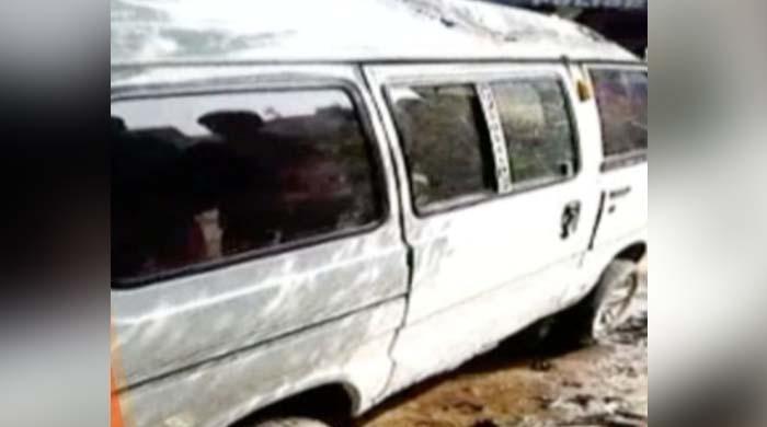 کراچی کے علاقے کورنگی میں اسکول وین میں آگ لگ گئی، ڈرائیور معمولی زخمی