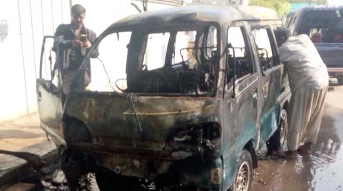 کراچی: فیڈرل بی ایریا میں اسکول وین میں آگ لگ گئی، ڈرائیور معمولی زخمی