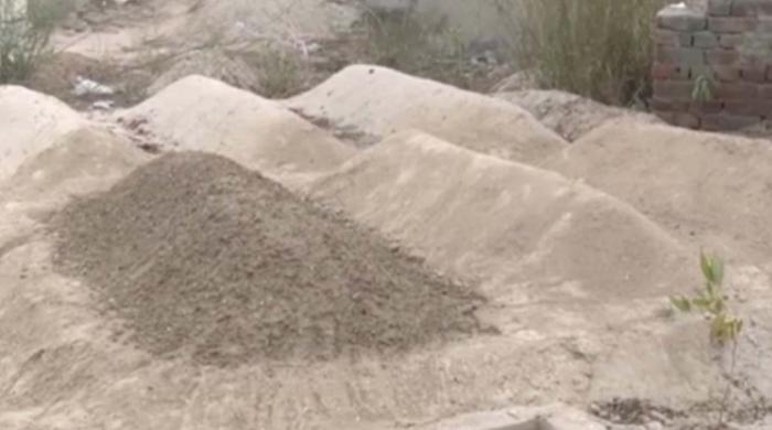 فیصل آباد: قدیم ترین قبرستان میں مٹی کی ڈھیریوں کو قبریں ظاہر کرکے جگہ پر قبضہ