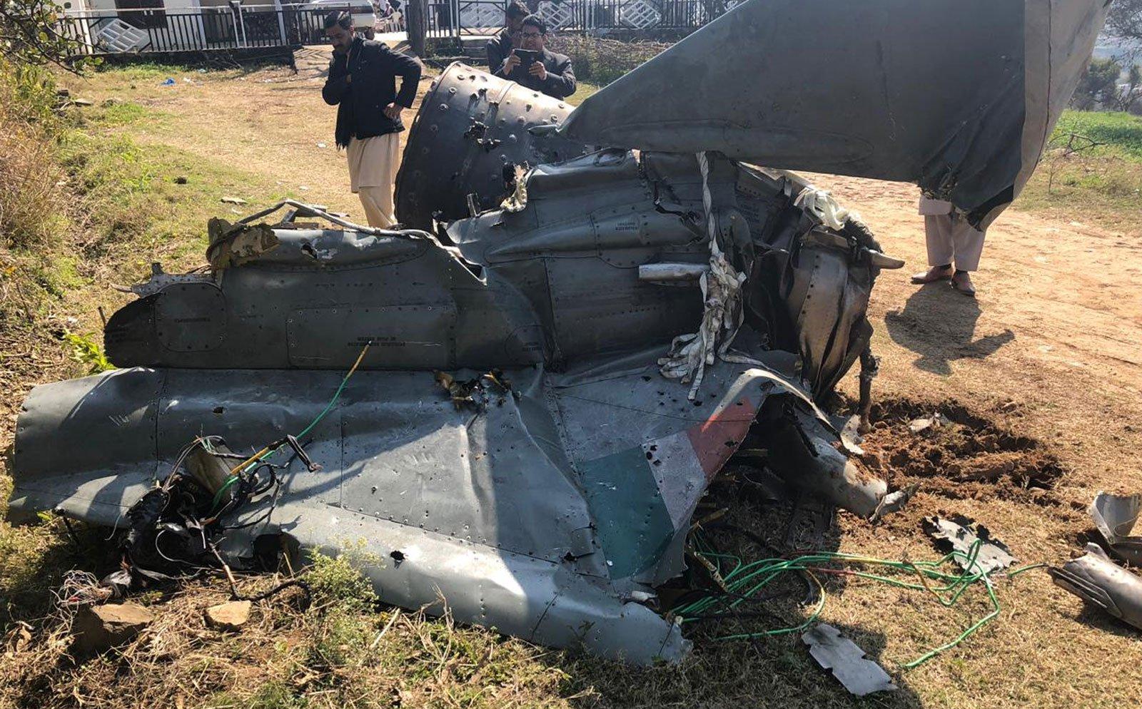 پاک فوج کی جانب سے تباہ کیے گئے بھارتی طیارے کا ملبہ۔ فوٹو: آئی ایس پی آر