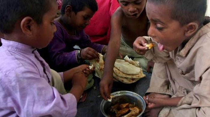 برق گرتی ہے تو بیچارے غریبوں پر