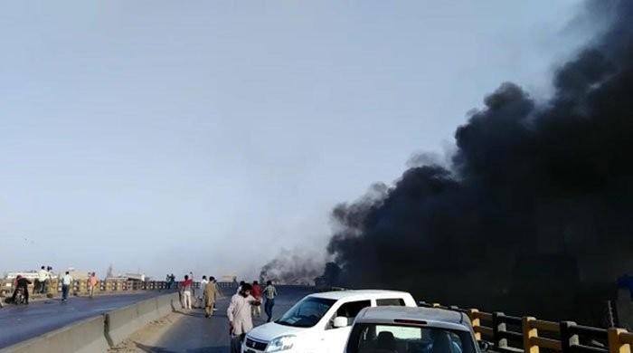 کراچی: گل بائی پل پر آئل ٹینکر میں آگ بھڑک اٹھی، کئی گاڑیاں آگ کی لپیٹ میں