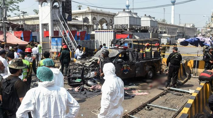لاہور: داتا دربار کے باہر خودکش حملہ، 4 پولیس اہلکاروں سمیت 10 افراد شہید