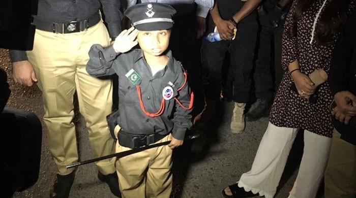 کراچی پولیس نے تھیلیسیمیا کے مریض 9 سالہ بچے کی خواہش پوری کردی
