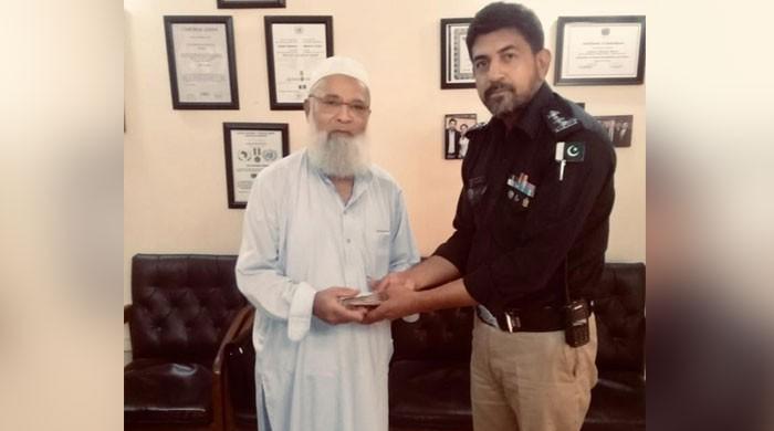 کراچی پولیس نے شہری کا گمشدہ سامان تلاش کرکے واپس لوٹا دیا