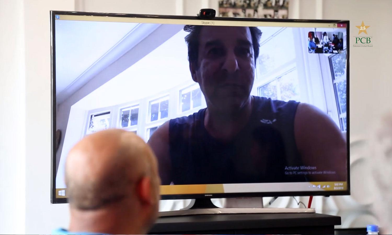 سابق کپتان وسیم اکرم نے ویڈیو لنک کے ذریعے اجلاس میں شرکت کی — فوٹو: اسکرین گریب