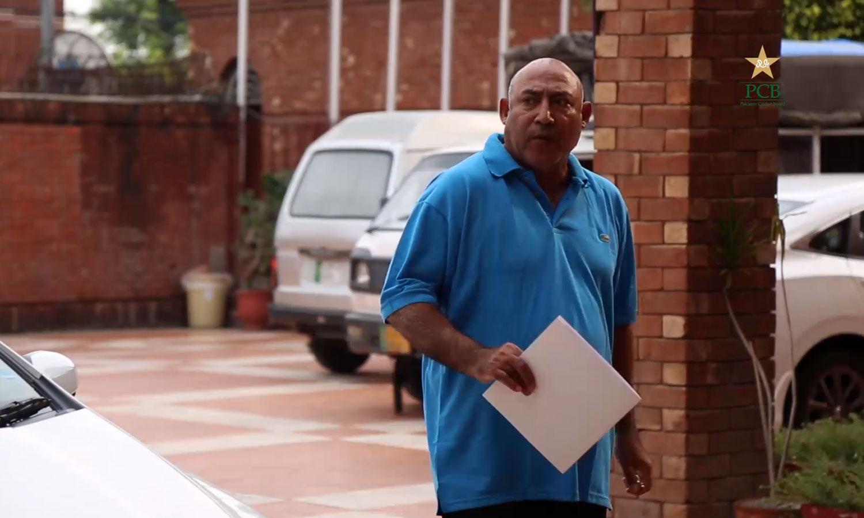سابق کرکٹر مدثر نذر کرکٹ کمیٹی کے اجلاس میں شرکت کیلئے آرہے ہیں — فوٹو: اسکرین گریب