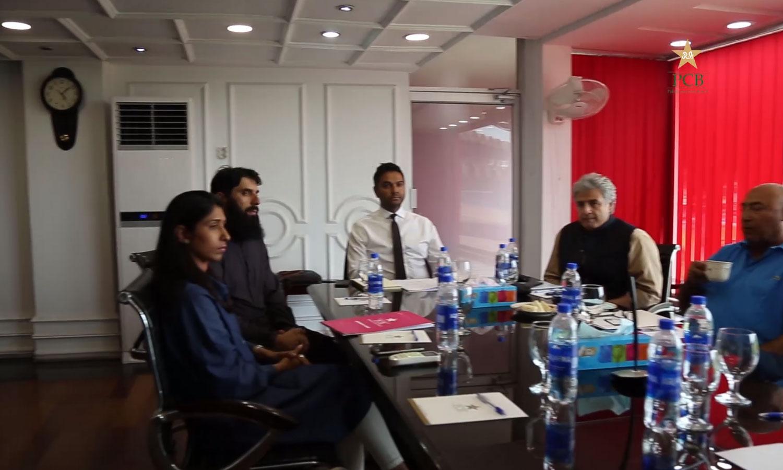 ایم ڈی پی سی بی وسیم خان کرکٹ کمیٹی کے اجلاس کی صدارت کررہے ہیں — فوٹو: اسکرین گریب