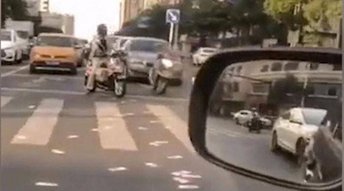 چین میں دفتر سے تنگ شہری نے 14 ہزار ڈالر سڑک پر اڑا دیے