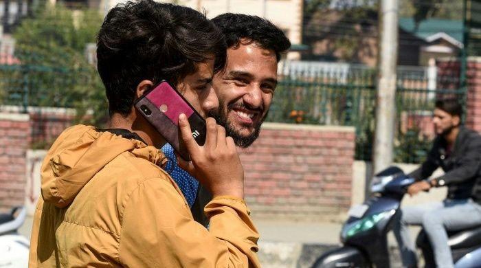 مقبوضہ کشمیر میں موبائل فون سروس جزوی بحال، انٹرنیٹ تاحال بند