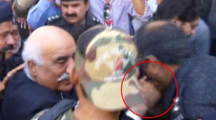 خورشید شاہ کا ہاتھ چومنے والا پولیس اہلکار معطل