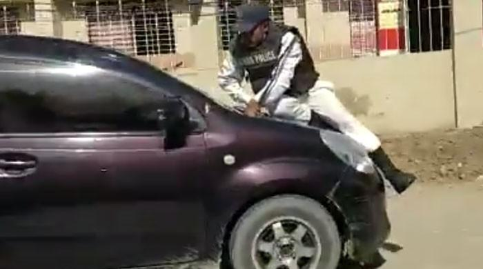 ٹریفک اہلکار چلتی گاڑی کے بونٹ پر سوار ہوگیا، ویڈیو وائرل