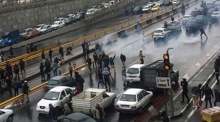 پیٹرول کی نئی قیمت کے خلاف ایرانی عوام سڑکوں پر