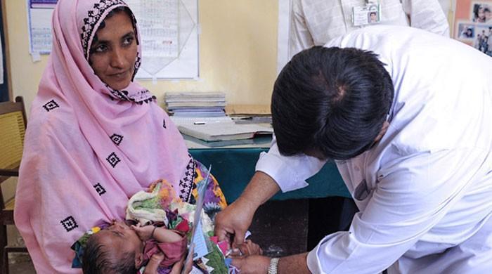انسداد ٹائیفائیڈ مہم: بچے ٹیکوں کے خوف سے بخار میں مبتلا ہوئے
