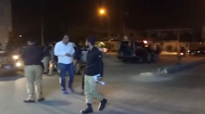 کراچی میں کار سوار ملزمان نوجوان کو گولی مار کر لڑکی کو اغواء کر کے فرار