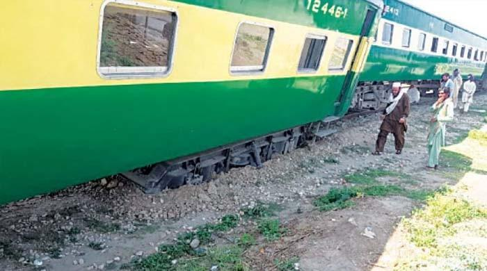 کراچی آنے والی ٹرین جناح ایکسپریس حادثے کا شکار