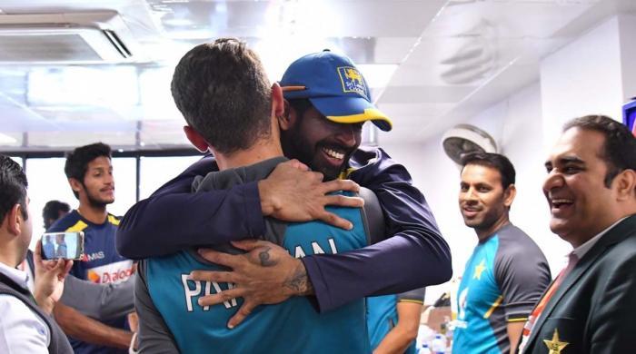 تصاویر — کراچی ٹیسٹ کے اختتام پر پاکستان ٹیم سری لنکن ڈریسنگ روم پہنچ گئی