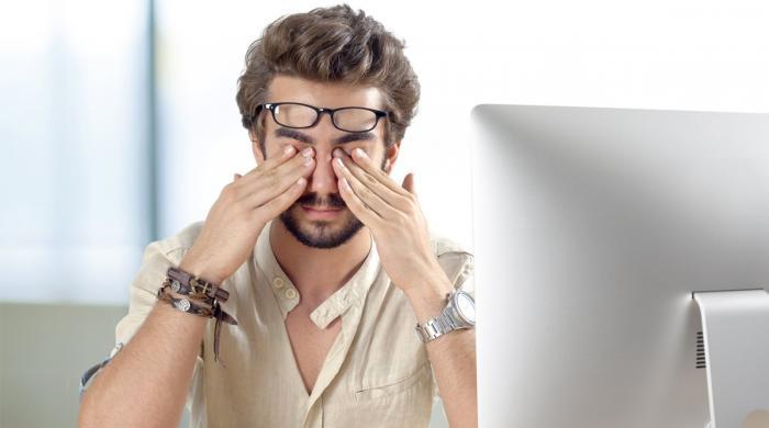 کمزور بینائی والے افراد کو نظر کا نیا چشمہ لگانے سے سر درد کیوں ہوتا؟ وجہ جانیے