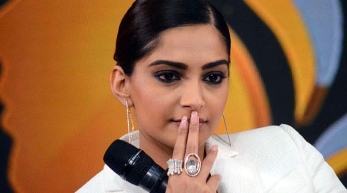 بھارتی اداکارہ سونم کپور کے ساتھ ٹیکسی ڈرائیور کی غیر اخلاقی حرکت