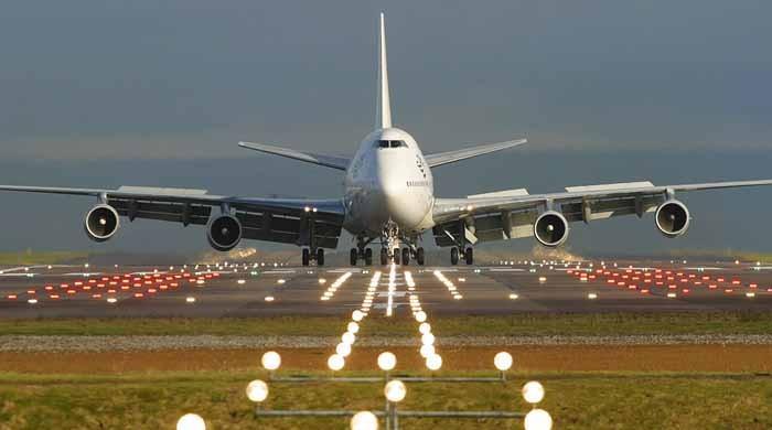 اسلام آباد ائیرپورٹ پر سور جہاز کے نیچے آکر ہلاک