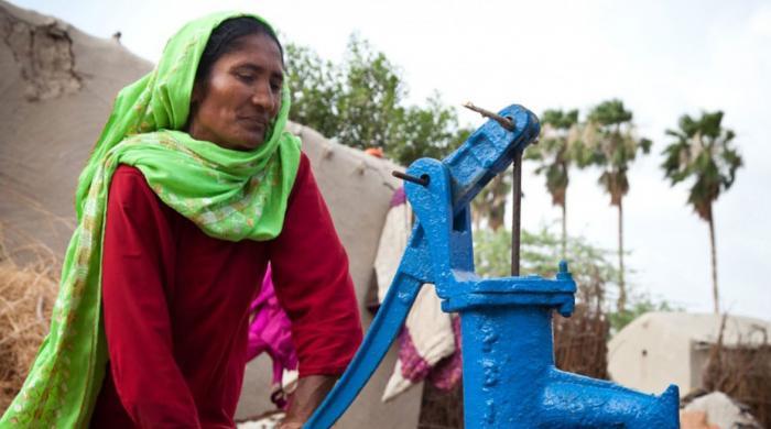 دنیا بھر میں خواتین اربوں گھنٹے بلا معاوضہ دوسروں کی نگہداشت میں صرف کر رہی ہیں