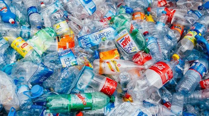 امریکی مشروب ساز کمپنی کا پلاسٹک کی بوتلوں کا استعمال ترک کرنے سے انکار